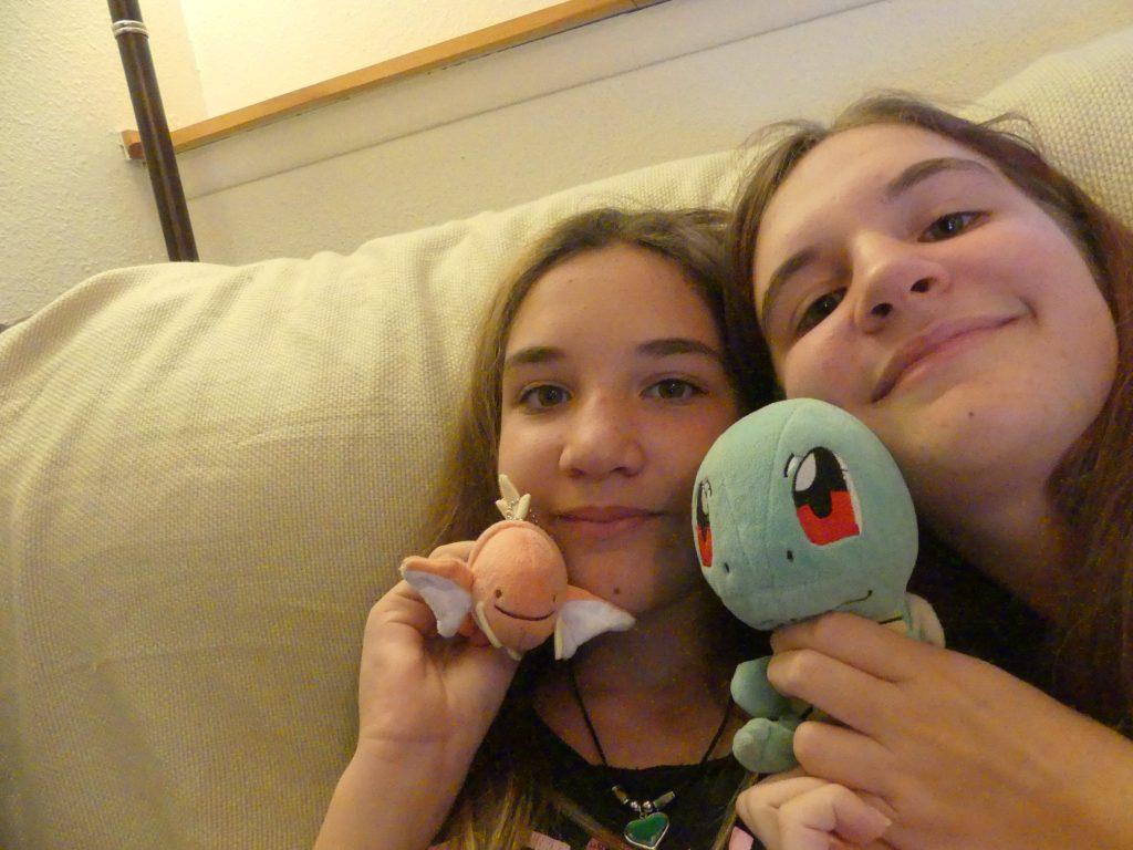 Audrey et Chloé avec les peluches