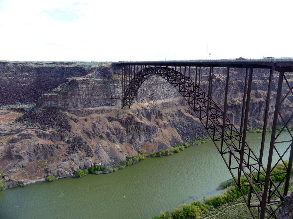 un grand pont traverse le canyon de la rivière Snake
