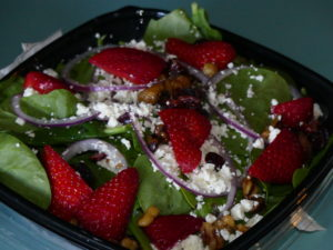 Salade fromage noix et fraises