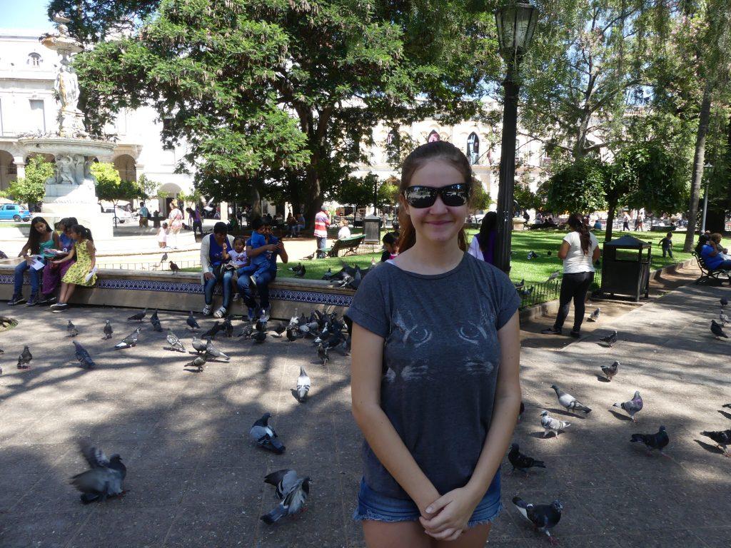 Chloé dans un parc de la ville