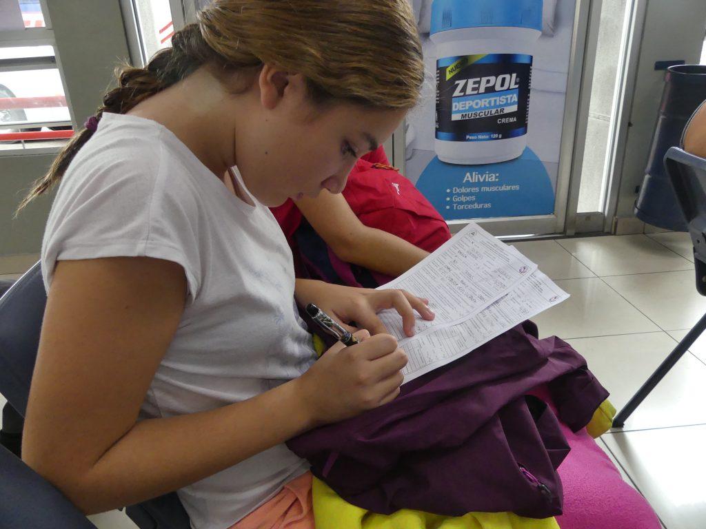 Audrey remplit consciencieusement ses formulaires de douane