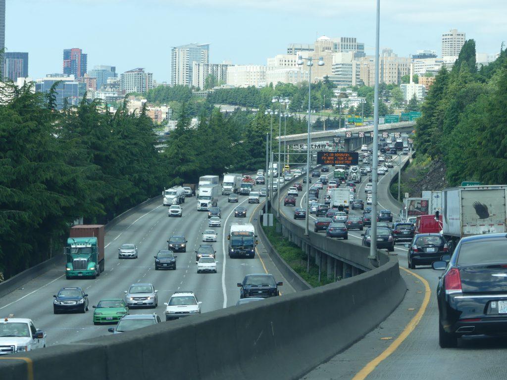 L'interstate I-5 passe en plein milieu de la ville