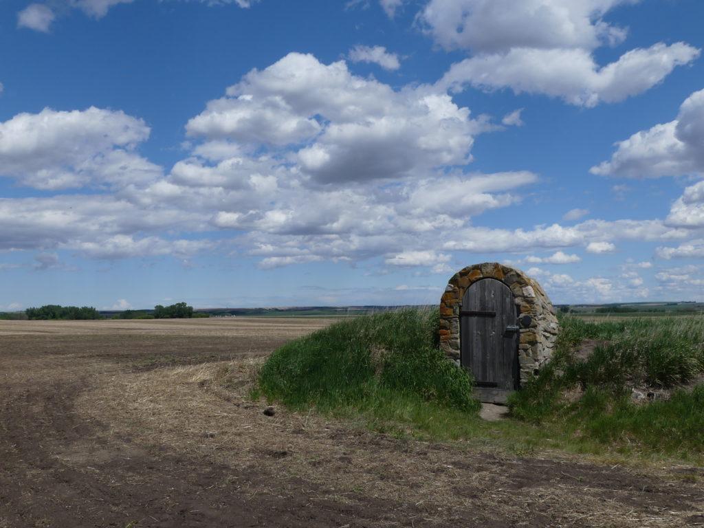 La porte, au milieu des champs. Pas de cadenas.
