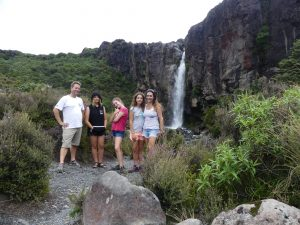 la famille devant la cascade