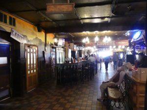 dès l'entrée, le ton est donné : un immense hall avec des attractions et même une boutique souvenir