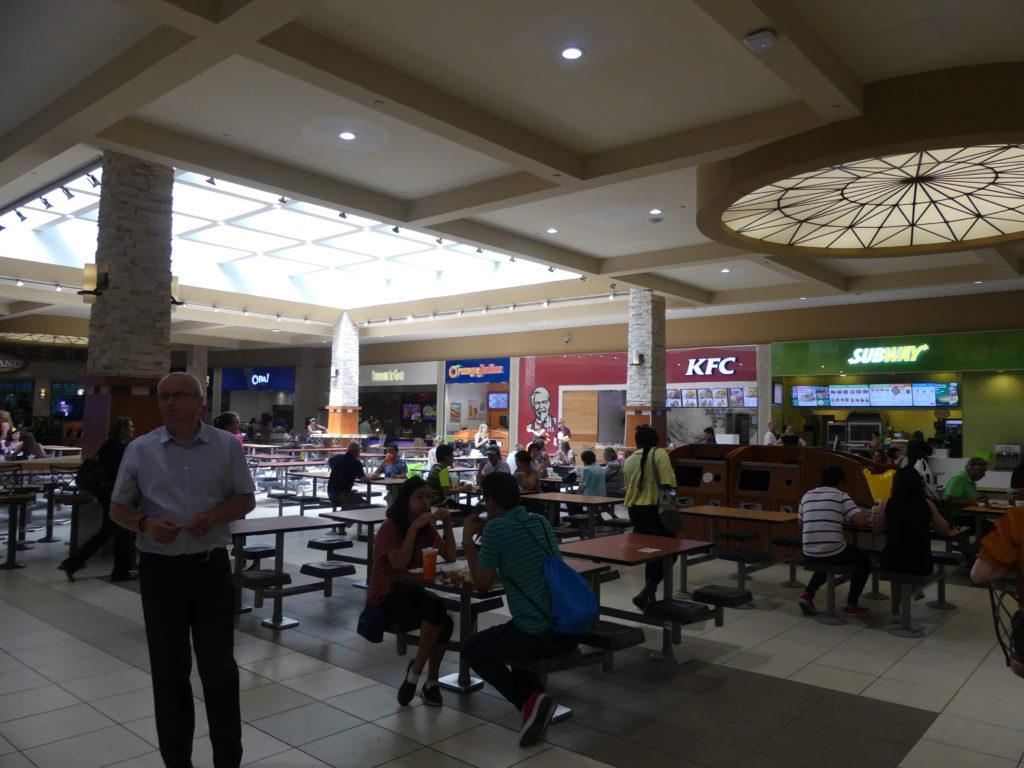 le Food Court : plein de fast foods et une zone centrale pour manger