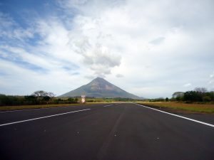 la route traverse la piste de l'aéroport