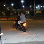 en moto pour aller au distributeur