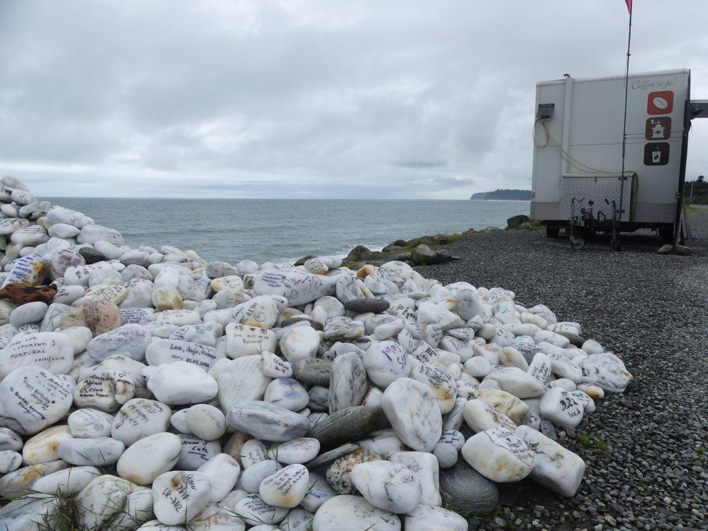 arrêt glace sur la côte ouest : pile de cailloux signés