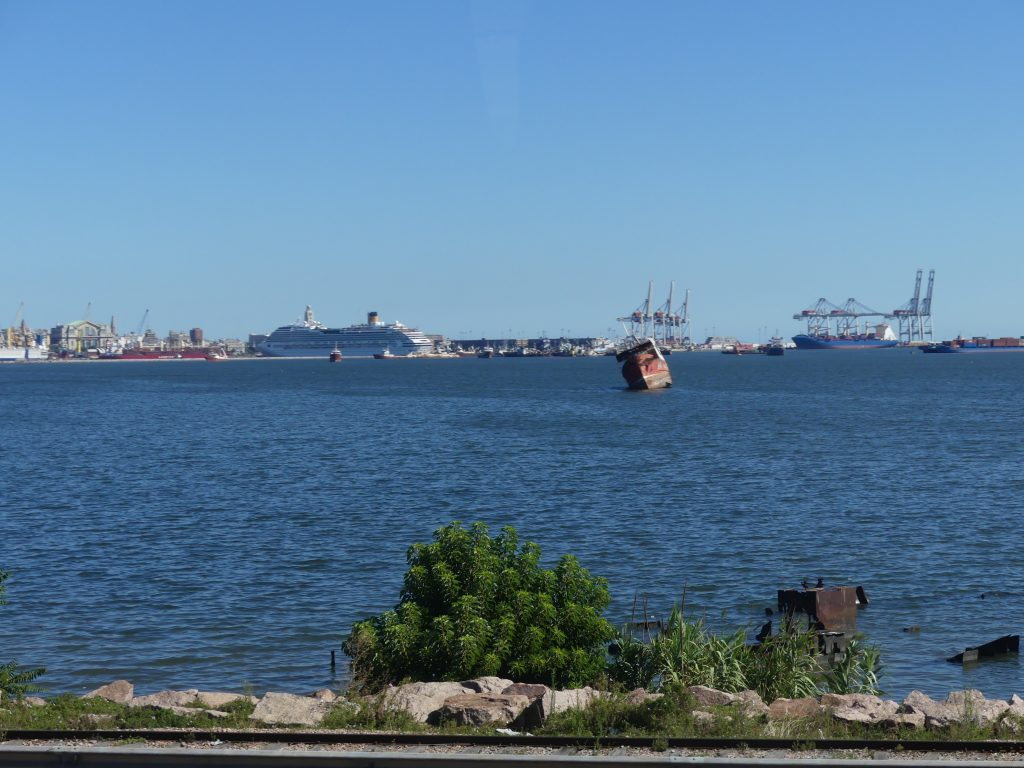 le port de Montevideo, au premier plan une épave