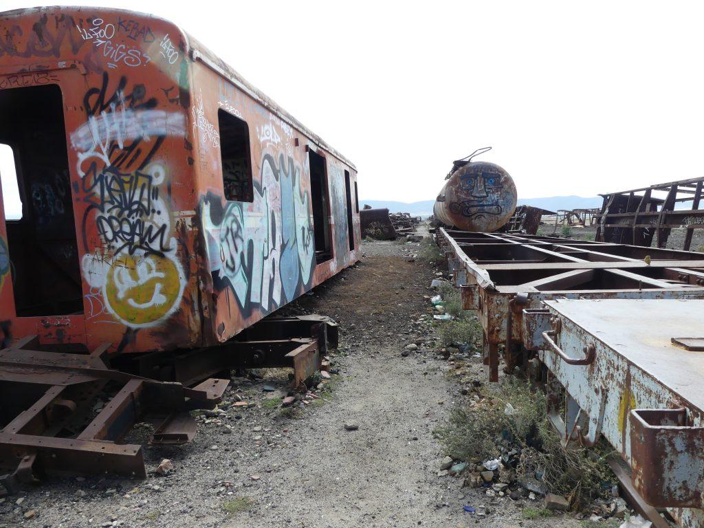 cimetière de trains : voitures rouillées