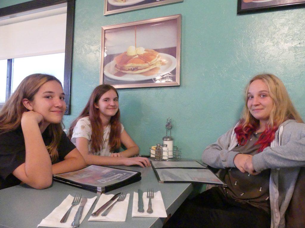 Dans le diner, les filles sont radieuses (les milk-shakes vont arriver)