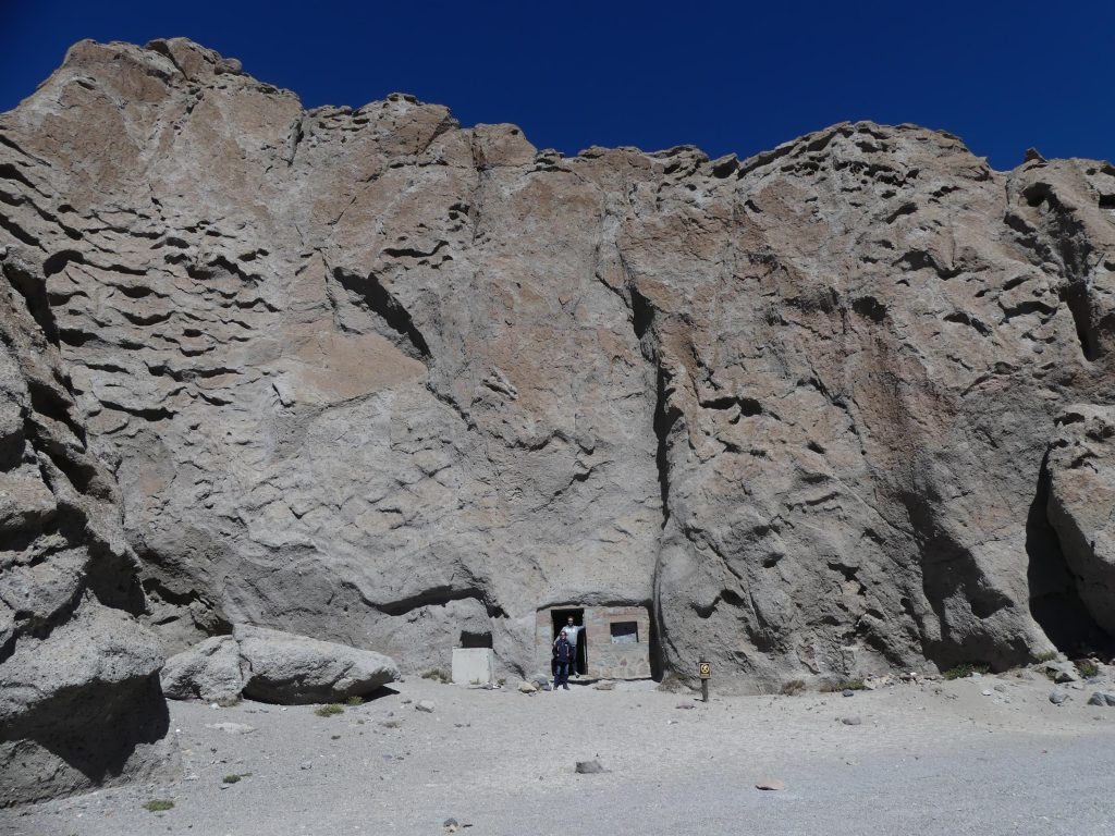 les militaires ont creusé dans la roche un petit refuge pour les tempêtes de neige de l'hiver