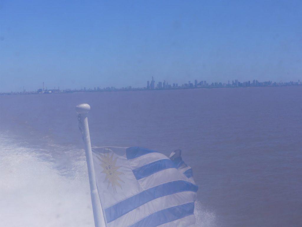 la skyline de Buenos Aires et le drapeau Uruguayen