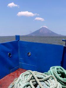 Vue du volcan depuis le ferry, pendant la traversée vers Ometepe