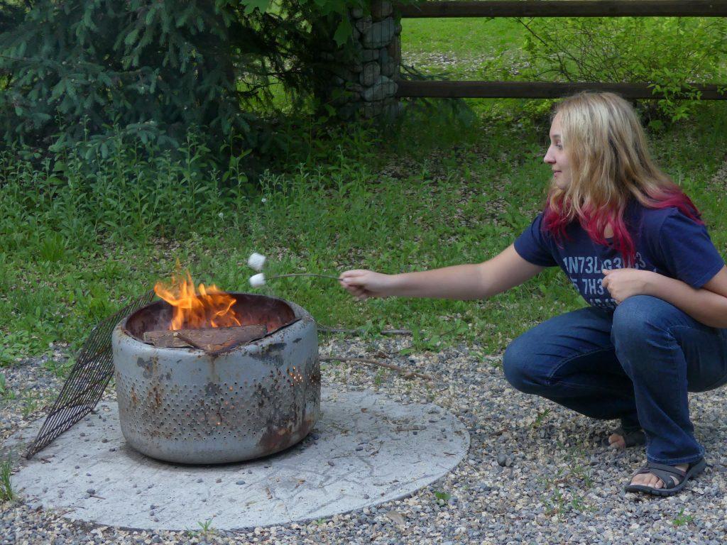 Eve a fait le feu, et maintenant c'est l'heure des chamallows !