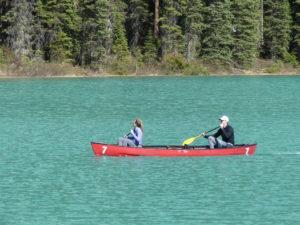 un petit couple fort sympathique navigue sur le lac à bord d'un canoé loué au prix indécent de 65$