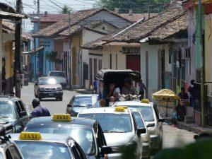 la file de taxis arrivant au marché