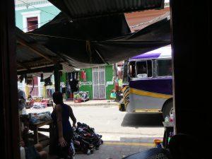 l'entrée est cachée entre deux boutiques du marché