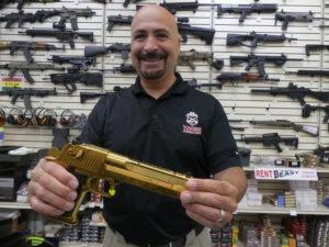 """l'un des trois managers de l'armurerie nous montre une arme de """"gros malin"""""""