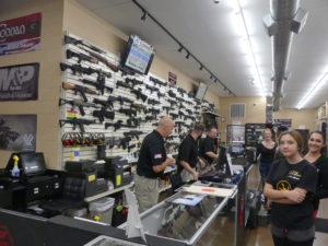 les armes sont exposée, du petit pistolet de poche (couleurs assorties) aux fusils de guerre