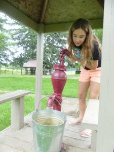 Audrey va nous chercher de l'eau