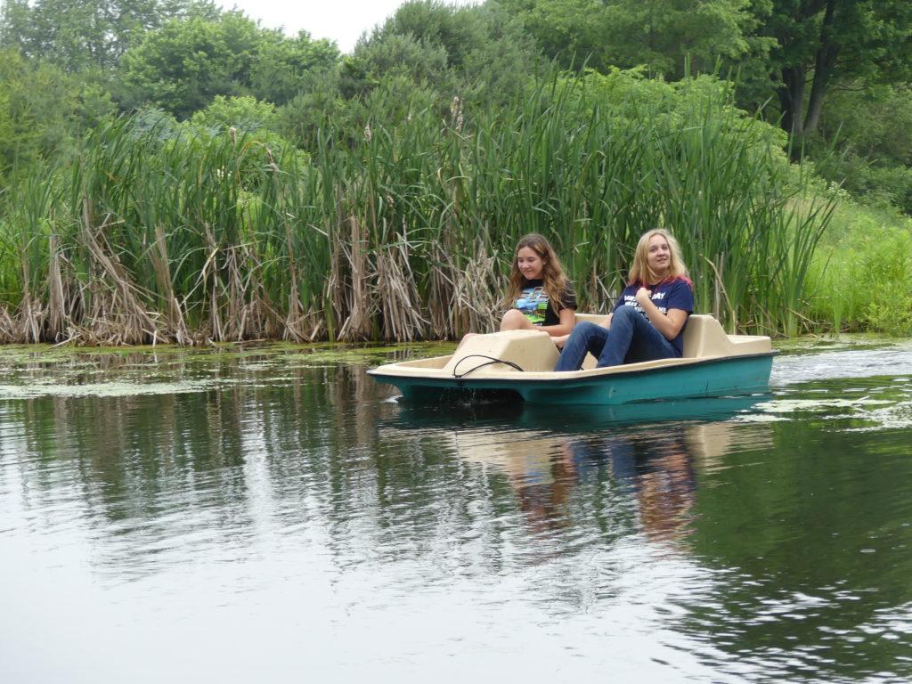 Eve et Audrey font le tour de l'étang en pédalo
