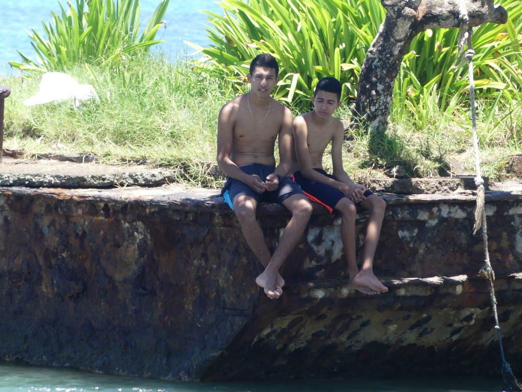 deux kiddos sur la barge