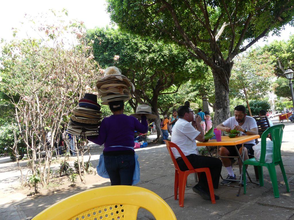 Sur la place centrale, une vendeuse de chapeaux