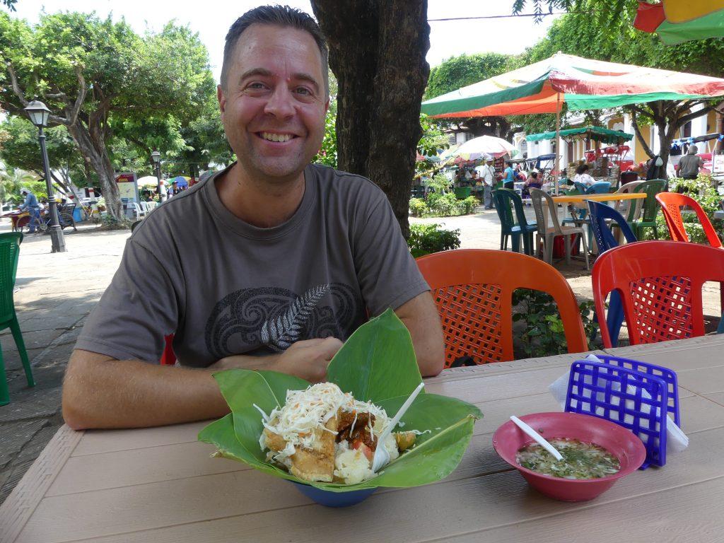 Test d'un plat local : du manioc et du chou à la couenne de porc (frite)