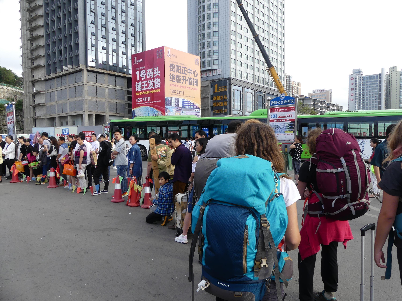 La petite file d'attente pour le bus