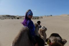 Eve en chameau sur une dune