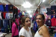 marché 2e étage plein de stands de vêtements