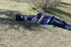 sieste au bord de la rivère locale, dans l'Altaï mongol