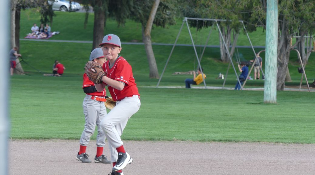 un jeune à l'entraînement de base-ball